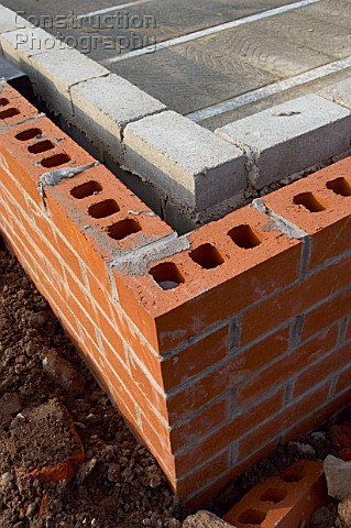 Detail of cavity wall with bricks and breezeblocks