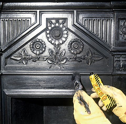 A085 00186 Cleaning A Cast Iron Victorian Fireplace